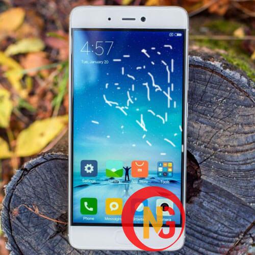 Mặt kính Xiaomi Mi 5s kém chất lượng, hở keo