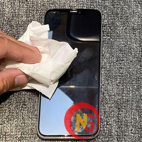 Vệ sinh điện thoại bằng khăn bông nhỏ